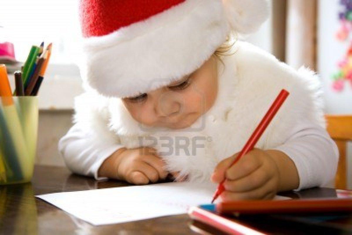 Bimba scrive lettera a Babbo Natale Archivio Fotografico - 10782814